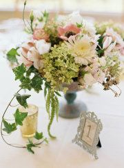 pretty floral arrangment - with ivy coming out?  I like it~