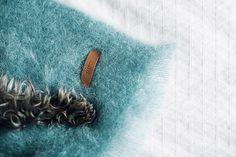 Blue Kare - Está confeccionada a mano por artesanos de Ezcaray. Su composición es 73% mohair (pelo de cabra de angora y una de las fibras naturales más valiosas del mundo) y 27% lana natural.  De aspecto esponjoso, con su abrigo el perro recibe lo más parecido al abrazo de su dueño. #HANNIKO #Mantas #MantasParaPerros #Blankets #DogBlankets #LuxuryDogs #LuxuryDogsBlankets Lana, Throw Pillows, Blankets, World, Dog Blanket, Goats, Sewing Coat, Hair, Toss Pillows
