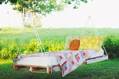 Outdoor Pallet Projects Pallet Swing Bed - A collection of 122 free DIY pallet projects and ideas with detailed tutorials for indoor or outdoor furnitures and garden that you can build now. Pallet Swing Beds, Diy Swing, Diy Pallet Bed, Diy Hammock, Wooden Pallet Furniture, Diy Outdoor Furniture, Wooden Pallets, Furniture Projects, Diy Furniture