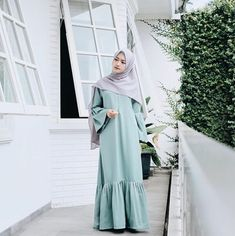 @saritiw Hijab Fashion Inspiration, Trend Fashion, Abaya Fashion, Fashion Dresses, Fashion Looks, Modest Dresses, Girls Dresses, Formal Dresses, Muslimah Clothing