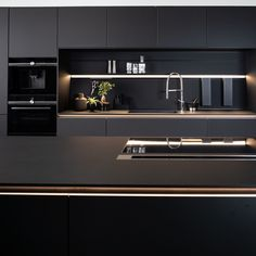 Dark fronts and atmospheric lighting as an absolute highlight: the use of the innovative laminate ma Kitchen Room Design, Modern Kitchen Design, Interior Design Kitchen, Interior Decorating, Kitchen Showroom, Cuisines Design, Kitchen Furniture, Sweet Home, Open Kitchen