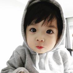 A imagem pode conter: 1 pessoa, bebê, chapéu e close-up Cute Asian Babies, Cute Twins, Korean Babies, Asian Kids, Cute Baby Boy, Cute Little Baby, Little Babies, Cute Babies, Cute Family