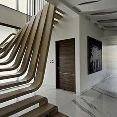 sculptural wooden staircase - Mexican studio Arquitectura en Movimiento Workshop designed an apartment in Mumbai featuring a sculptural wooden staircase. The U-shaped staircase. U Shaped Staircase, Wood Staircase, Wooden Stairs, Modern Staircase, Staircase Design, Spiral Staircase, Staircase Ideas, Nachhaltiges Design, Steps Design