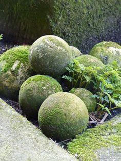 Create your own cement orbs in 5 easy steps – Crochet By Video Diy Garden Decor, Garden Art, Garden Design, Back Gardens, Outdoor Gardens, Japanese Garden Ornaments, Garden Spheres, Moss Garden, Concrete Garden