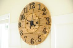 Giant Clock - 8 Cool and Clever Cable Spool DIY Projects . Wooden Cable Reel, Wooden Cable Spools, Wire Spool, Wall Clock Wooden, Diy Wood Wall, Wood Clocks, Into The Woods, Wooden Projects, Diy Projects