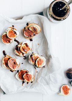 Lekker hapje voor bij de borrel. Knapperige crostini's met zachte geitenkaas en verse vijgen. Heel makkelijk om te maken en verrukkelijk om te eten.