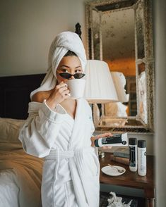 What's your favorite part of your morning routine? Coffee + self care for me. Strengthening & reparing my hair from all the bleaching with… Easy Style, Style Photoshoot, Shotting Photo, Home Photo Shoots, Foto Casual, Insta Photo Ideas, Successful Women, Photo Poses, Beyonce