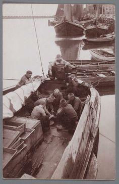 Schoonmaken van vis aan boord van een botter in de haven van Volendam. 1905-1910 #NoordHolland #Volendam