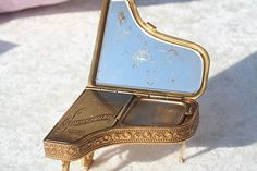 FREE WORLDWIDE SHIPPING Very Rare Vintage Pygmalion Sonata Musical Grand Piano Powder Compact Mirror by thevintagemart on Etsy https://www.etsy.com/listing/183189764/free-worldwide-shipping-very-rare
