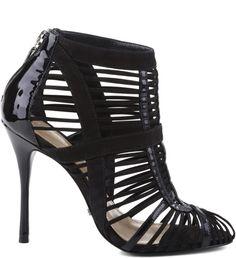 Sandálias de tiras finas já conquistaram mulheres do mundo inteiro, pois além de estilosas proporcionam muito charme e ousadia aos mais diversos visuais. O toque abotinado que elas proporcionam ao lo