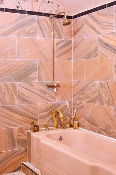 Home Interior Salas Retro pink marble bathroom.Home Interior Salas Retro pink marble bathroom Cheap Rustic Decor, Cheap Home Decor, Grand Art, Shower Fittings, Pink Wallpaper, White Decor, Amazing Bathrooms, Vintage Home Decor, Home Decor Accessories