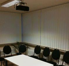 Lamellenvorhänge - der standard Sonnenschutz für Besprechungsräume und Präsentationsräume #besprechungsraum #sonnenschutz #verdunkelung
