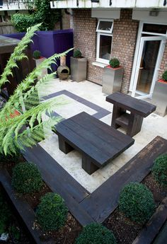 Intergrated sleeper raised bed maximises the space and adds structure #railwaysleepers #courtyard #travertine