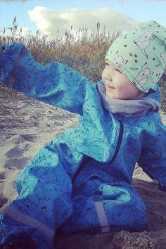 Finde den passenden Overall für deine Kids, damit der Spaß beim Regen auch noch bleibt. #kindrmode #kidsfashion #kinderkleding  #overall #kids #fun Overall, Fashion, Welly Boots, Rain Jacket, Chic, Guys, Jackets, Kids, Moda