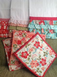 tea towels and hot pads ~small and quick sewing projects to use fabric scraps (or quilt squares) Sewing Hacks, Sewing Tutorials, Sewing Crafts, Sewing Patterns, Sewing Tips, Sewing Ideas, Sewing Lessons, Quilting Projects, Sewing Projects