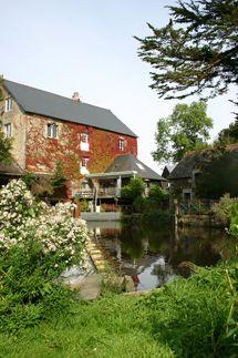 Au Char a Bancs- des poneys des embarcations sur la riviere, des jeux pour les enfants un potager en Bretagne .