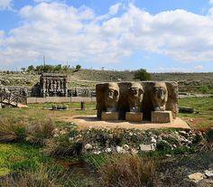 Eflatun pınarı Hitit su anıtı/Beyşehir/Konya/// Özgün taş işçiliği, kabartmalardaki kompozisyon ve bir açık hava tapınağı olarak düzenlenmesi ile Hitit Uygarlığı'nın diğer kaya anıtlarından ayrılan Eflatun Pınar Anıtı, doğal kaya üzerine yapılmamış, birbirine uygun olarak kesilmiş andezit blokların titizlikle birleştirilmesi ile inşa edilmiştir.