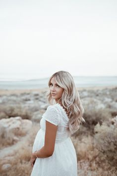 Maternity In White - Cara Loren - Babybauch Shooting - Mothering Maternity Dresses For Photoshoot, Family Maternity Photos, Cute Maternity Outfits, Maternity Pictures, Pregnancy Photos, Maternity Fashion, Family Photos, Baby Photos, Maternity Photography Poses