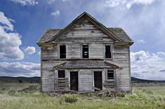 Ghosts of Grizzly's Past Abandoned Buildings, Abandoned Places, Old Houses, Haunted Houses, Oregon Travel, Homesteads, Landscape Pictures, Ghost Towns, Grizzly House