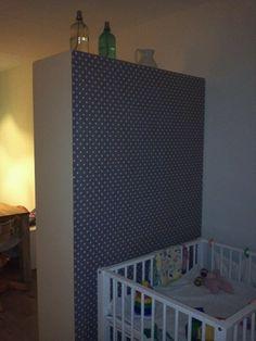 Tafelzeil op de achterkant van IKEA kast = roomdivider! Roomspiration, Interior Inspiration, Cribs, Diy Furniture, Kids Room, Sweet Home, Baby Boy, New Homes, Bed