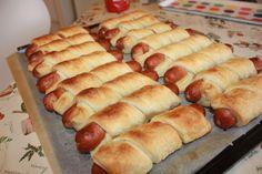 Disse pølsesnurrene er kjempe enkle å lage, du lager dem på 5 minutter, så skal de steke i 20-25 minutter. Perfekt i barneselskap, eller som tv og fingermat. Skal du lage til voksne kan du bruke no… Norwegian Food, I Love Food, Good Food, Swedish Recipes, Snacks, Sweet And Salty, Bread Baking, Hot Dog Buns, Sandwiches