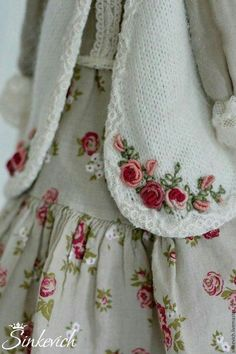 Wonderful Ribbon Embroidery Flowers by Hand Ideas. Enchanting Ribbon Embroidery Flowers by Hand Ideas. Hand Embroidery Stitches, Silk Ribbon Embroidery, Hand Embroidery Designs, Embroidery Dress, Embroidery Tattoo, Baby Embroidery, Embroidery Supplies, Smocked Baby Dresses, Doll Dresses