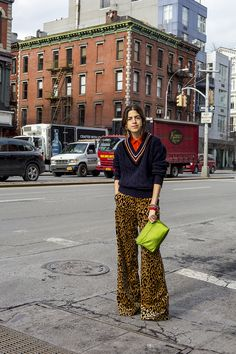 Leandra styles outfits for the progression of a relationship. Leandra Medine, Jeans Petite, Vanessa Jackman, Leopard Pants, Striped Pants, Foto Casual, Lookbook, Eclectic Style, Mode Inspiration