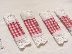 Egyszerű karácsonyi díszek készíthetőek filcből szalagokból. Textiles, Christmas Stockings, Diy And Crafts, Easter, Halloween, Holiday Decor, Flowers, Blog, Home Decor