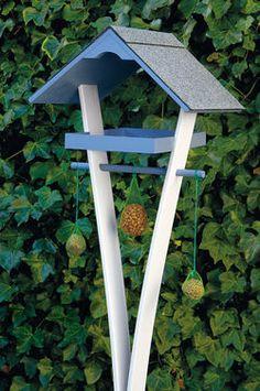 Ein Vogelfutterhaus für gerade mal 50 Euro kannst du auch selbst bauen. Wir zeigen, wie man das Häuschen für den Garten macht.