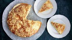 """Podle mnoha receptů se do těsta na pražský koláč přidává majonéza, ato pak máte dvě možnosti: použít kupovanou atěsto """"obohatit"""" také stabilizátory adalšími přidanými ingrediencemi, nebo si udělat majonézu domácí. Anebo připravit korpus zklasického máslového kynutého těsta bez majonézy. Zkusila jsem to za vás askoro jsem hotový koláč nestihla vyfotit. French Toast, Sweets, Breakfast, Ethnic Recipes, Morning Coffee, Gummi Candy, Candy, Goodies, Treats"""