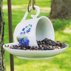 A dica de hoje é aquela vapt-vupt simples e perfeita para quem curte jardim um comedouro para pássaros usando uma xícara e um pires. Dica especial para oferecer alimentos aos nossos visitantes diários com um charme artesanal. . Ficará perfeito no seu jardim que tal tentar fazer em casa?  . . . . #artesanato #artesanatos #artesanal #artesanatocuritiba #garden #gardening #gardenlove #jardim #passaro #passaros #passarinho #bird #birds #natureza #nature #decoracao #decoracaocriativa #gardendecor…