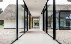 WOONHUIS BERLICUM: Gang en hal door Maas Architecten