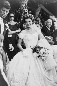 TIL African American designer Ann Lowe made Jacqueline Bouvier's wedding dress. A flood ruined the ivory silk taffeta gown ten days before the date. Lowe hired extra staff to finish on time, barely avoiding bankruptcy. When asked who made the Jackie Kennedy Wedding, Jackie Kennedy Style, Jacqueline Kennedy Onassis, John Kennedy, Les Kennedy, Jaqueline Kennedy, Foto Art, The Victim, Celebrity Weddings