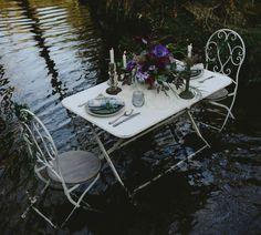 Ukiyo, una sesión editorial en un lago con una decoración de mesa cuidada y original. ¿Te atreves con unas tonalidades como estas?