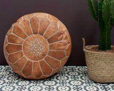 Marokkaanse poef/poef, elegante Marokkaanse lederen poef Ottoman/Premium handgemaakte poef/poef vloer voetbank/Round kussen 100% handgemaakte Marokkaanse lederen poef deze mooie Marokkaanse lederen poef gemaakt met mooie geborduurde ontwerp. onze fantastische poefjes zijn