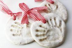 weihnachtsbaumschmuck-basteln-kindern-salzteig-handabdruck-band-rot-teig-weiss