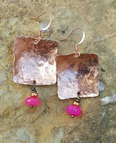 Piazze di rame martellato per dare il rame una splendida luce. Calcedonio rosa sfaccettato condita con una singola perlina di rame. Una