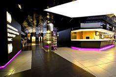 Kronverk Cinema Warsaw. Váltogatott feszített fóliás felületek. Dinamikus és jól illeszkedik a tér funkcióihoz.