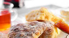 Klassiset skonssit eli teeleivät sopivat yhtä hyvin aamiaiseksi kuin välipalaksikin. Niiden kanssa maistuvat muun muassa juusto tai marmeladi. Scones, Steak, French Toast, Chicken, Dinner, Breakfast, Food, Dining, Morning Coffee