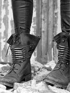 black-and-white-fashion-world:    <3 those boots