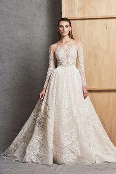 Os vestidos de noiva Zuhair Murad vêm glamourosos, como de costume, com direito a bordados, aplicações, sobressaia, babados de tule e mais.
