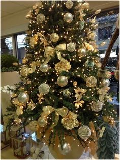120 inspiring christmas tree decorating ideas - page 1 ~ Modern House Design Christmas Tree Yellow Decorations, Creative Christmas Trees, Real Christmas Tree, Beautiful Christmas Trees, Christmas 2019, Holiday Decor, Artificial Tree, Holidays And Events, Garland