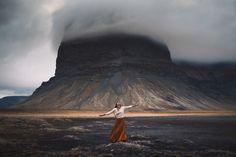 ISLÂNDIA Há um ano atrás, a fotógrafaElizabeth Gaddtomou a decisão de ir ao país que mais gostaria de conhecer, a Islândia. Após convencer os amigos, também fotógrafos, Rob Woodcox e Whitney Justesen, os três embarcaram para Reykjavik, capital do país, alugaram um carro e foram em busca das mais diversas paisagens para registrar belos cliques. Afinal, …