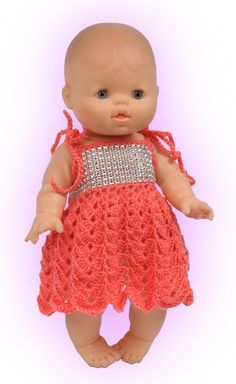 Gehaakt jurkje voor poppen van 32 tot 34 cm. We hebben weer een leuk gehaakt jurkje voor u op papier gezet. U krijgt er weer een uitgebreide beschrijving bij en als het toch niet helemaal lukt dan staan we u met raad en daad bij. Probeer het eens en maak u zelf en uw kind of kleinkind superblij. U wordt gegarandeerd beloond met een BIG SMILE!! Girl Dolls, Baby Dolls, Sport Weight Yarn, Baby Alive, Bitty Baby, Baby Born, Baby Knitting, American Girl, Flower Girl Dresses