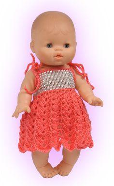 Gehaakt jurkje voor poppen van 32 tot 34 cm. We hebben weer een leuk gehaakt jurkje voor u op papier gezet. U krijgt er weer een uitgebreide beschrijving bij en als het toch niet helemaal lukt dan staan we u met raad en daad bij. Probeer het eens en maak u zelf en uw kind of kleinkind superblij. U wordt gegarandeerd beloond met een BIG SMILE!!