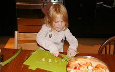 Annemijn en Ferieke hebben tomaten-groentesoep gemaakt, oftewel wat ligt er in mijn groentela soep. Superlekker als je allerlei groenterestjes over hebt... Kids in the Kitchen