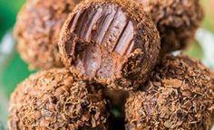 Jednoduché domáce čokoládové pralinky s kávovým likérom a smotanou | Božské nápady Sweet Desserts, Raw Vegan, Nutella, Tiramisu, Ham, Sweet Tooth, Food And Drink, Sweets, Candy