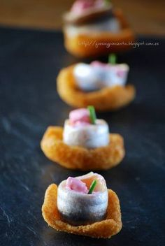strawberry & pepper: Crunchy anchovy with mayonnaise beet Gourmet Appetizers, Finger Food Appetizers, Appetizers For Party, Finger Foods, Appetizer Recipes, Gluten Free Puff Pastry, Spanish Dishes, Snacks Für Party, Mini Foods