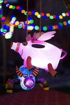 Laternen basteln kann so schön sein. Dieses kleine Schweinchen oder das Monster im Hintergrund ist aus Weichspülerflasche gemacht. Klasse oder und super einfach nach zu machen. Das Recyceln mach immer Spaß und sieht mit kleinen LED Lampen immer gut aus! Eine tolle Idee von Biene Brändle. DIY Laternen für den Sankt Martins Umzug. So macht Laternelaufen spaß