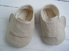 Erg schattig! An organic baby shoe, made in khaki hemp linen and can be used for a boy or a girl.  A great gift for someone who cares for the environment!